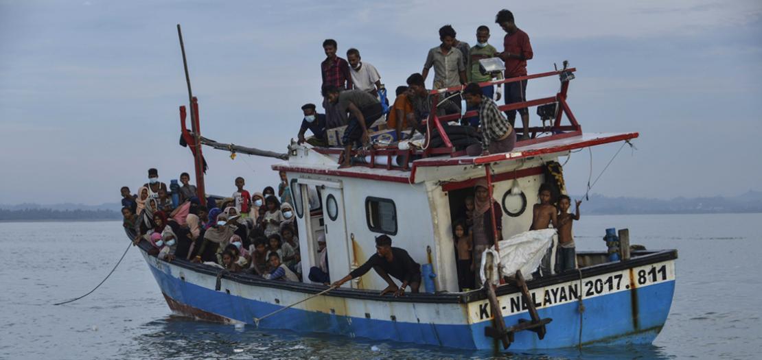 نحو مائة مهاجر من الروهينغا على متن مركب هش في عرض البحر لأشهر من أجل الهرب من واقع مرّ