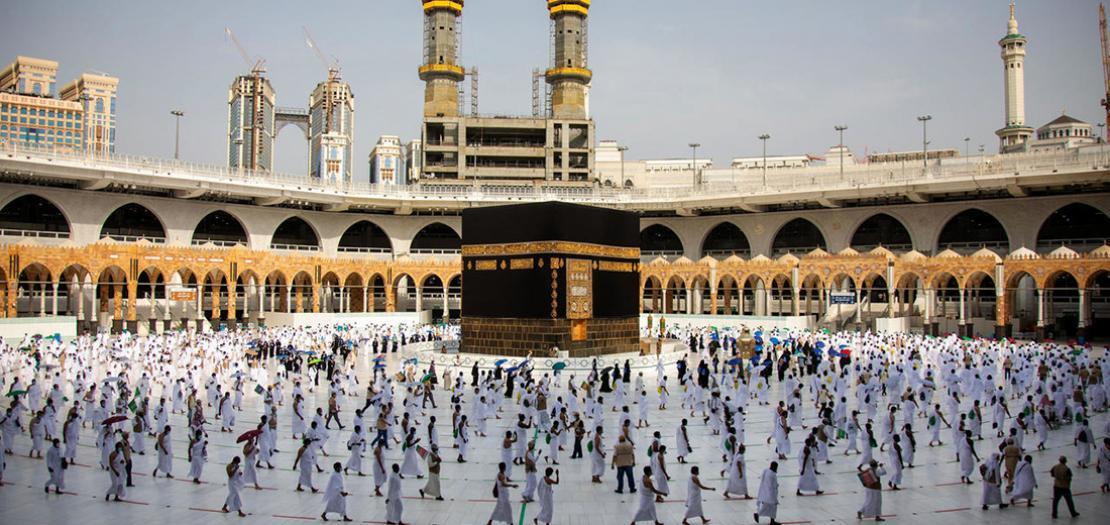 صورة وزعتها وزارة الإعلام السعودية لطواف الحجاج حول الكعبة في مدينة مكة المكرمة، 31 تموز 2020