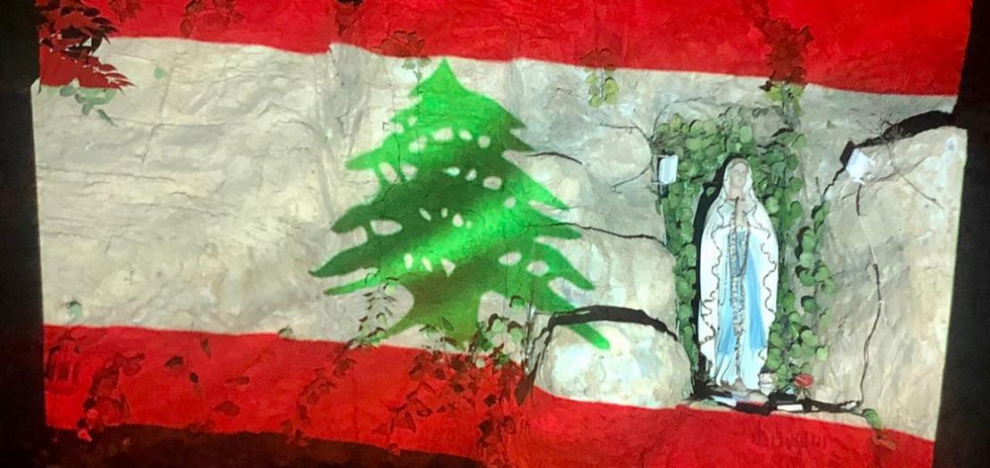 """أضيء مزار سيدة لورد في ناعور بالأردن بالعلم اللبناني، ورفع مشاركون بالصلاة شعار """"لنتحد معًا بالصلاة من أجل لبنان"""""""