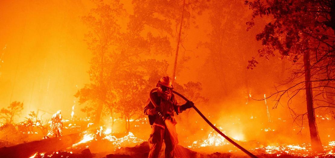 عنصر من فرق الإطفاء في كاليفورنيا يشارك في عملية إخماد النيران في الولاية، 7 أيلول 2020