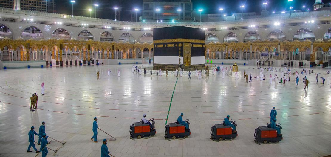 عمال النظافة قرب الكعبة في مكة في 27 تموز 2020