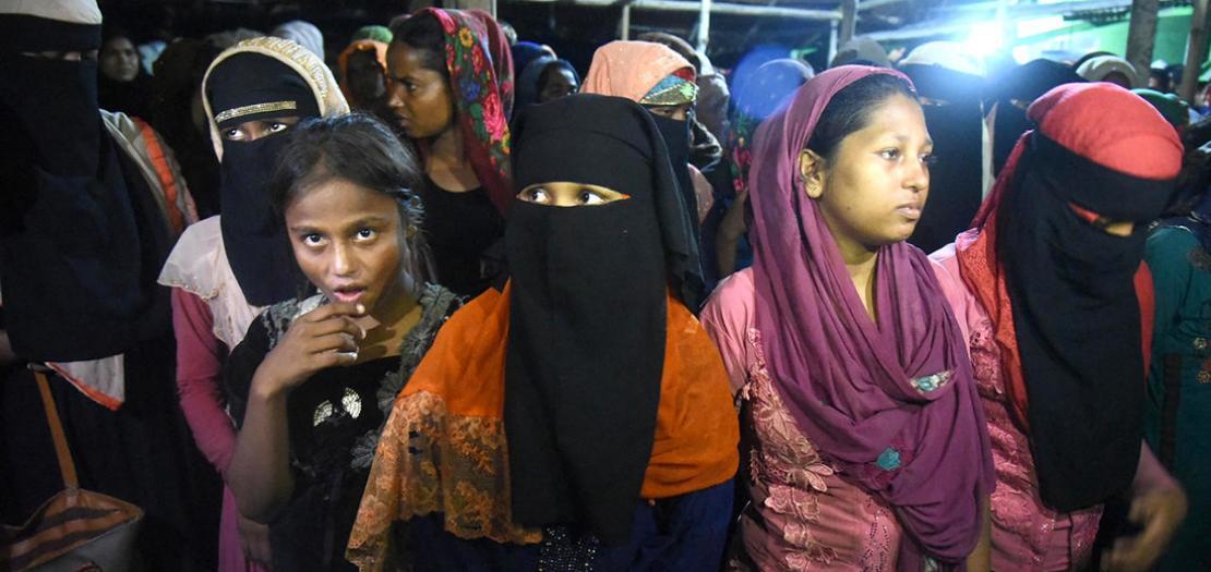 مجموعة من المهاجرين الروهينغا بعد وصولهم عبر البحر إلى بلدة لوكسوماوي في أندونيسيا، 7 أيلول 2020