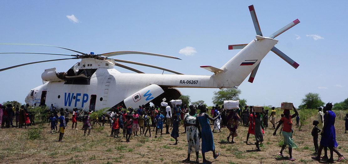 إحدى مروحيات برنامج الأغذية العالمي توصل إمدادات المساعدة التي تشتد إليها الحاجة للمحتاجين في جنوب السودان