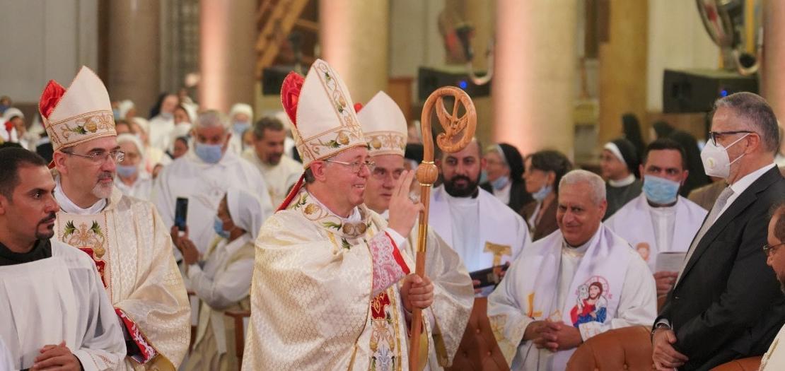 المطران كلاوديو لوراتي يمنح بركته الأسقفية الأولى