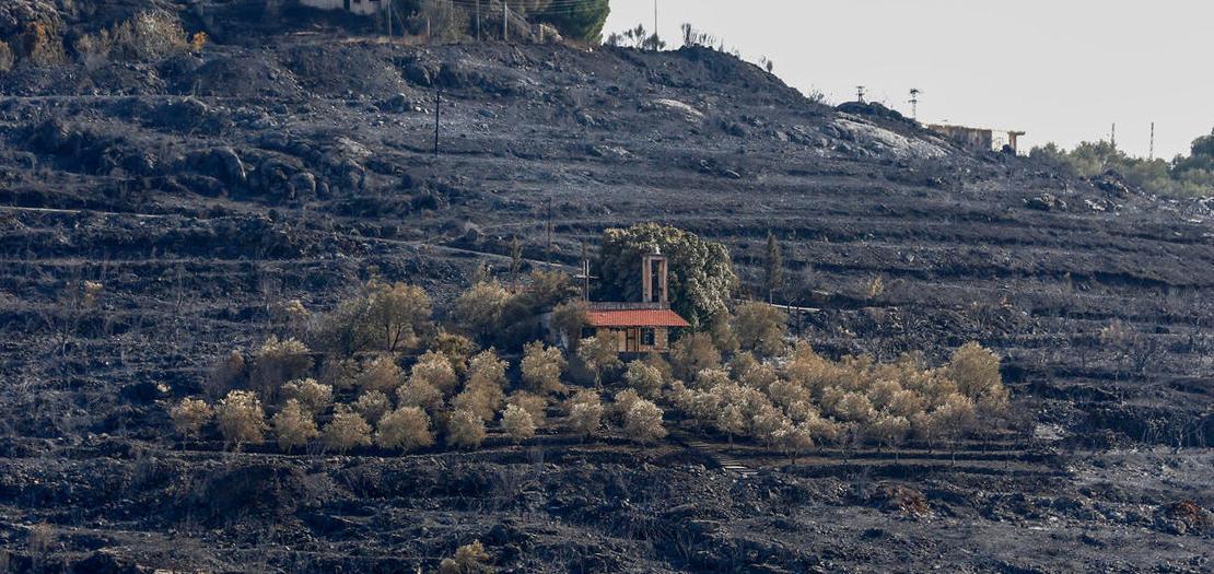 صورة التقطت في 11 تشرين الأول 2020، تظهر كنيسة في وسط تل محترق بسبب حرائق الغابات في ريف مدينة طرطوس غرب سوريا