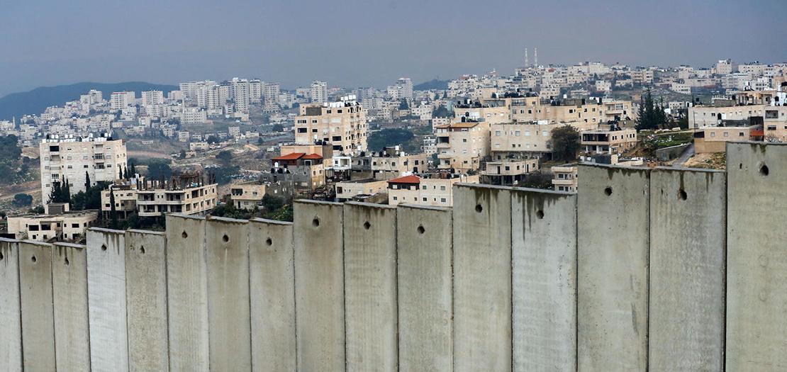 قرية العيزرية في الضفة الغربية المحتلة خلف جدار الفصل الإسرائيلي على أطراف القدس الشرقية، 11 شباط 2020 (أحمد غرابلي / أ ف ب)