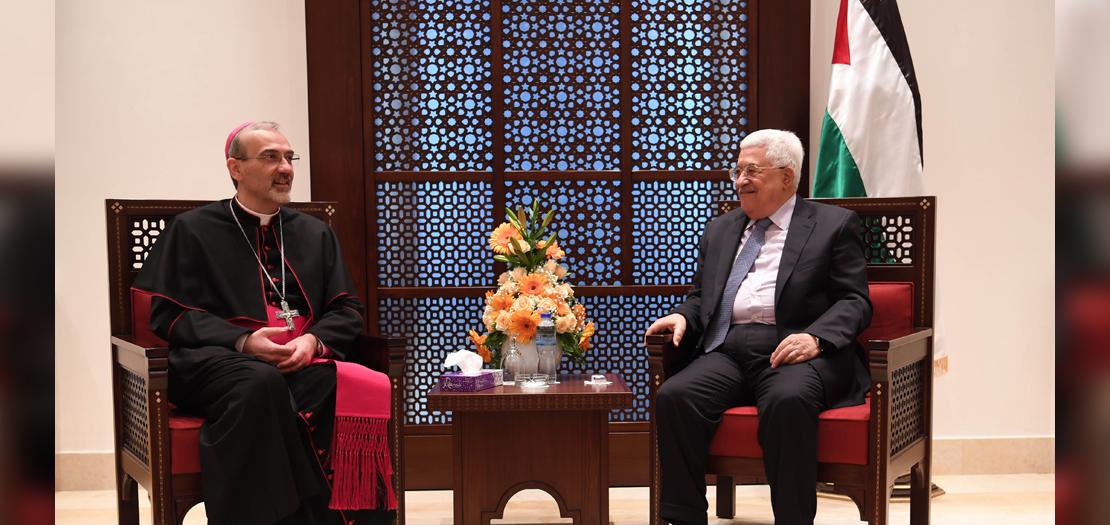 الرئيس الفلسطيني محمود عباس والبطريرك بييرباتيستا بيتسابالا (أرشيفية)