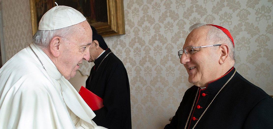 البابا فرنسيس مصافحًا بطريرك بابل للكلدان الكاردينال روفائيل الأول ساكو