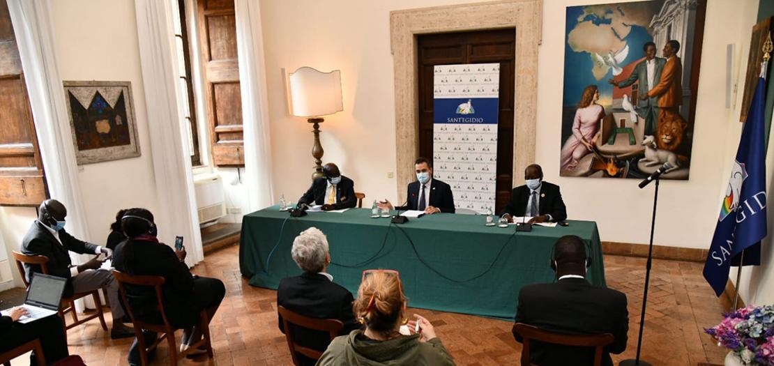 ممثل رئاسة جنوب السودان ماريال بنيامين (يسار) مع توماس سيريلو سواكا عضو تحالف معارضة جنوب السودان، خلال لقاء في مقر جمعية سانت إيجيديو في روما، 14 تشرين الأول 2020