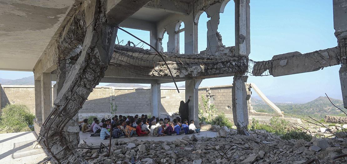 طلاب يمنيون بين أنقاض مدرستهم في تعز، 7 تشرين الأول 2020