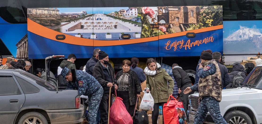 صورة مؤرخة في 21 تشرين الثاني 2020 تظهر لاجئون أرمن من ناغورني قره باغ لدى وصولهم إلى يريفان