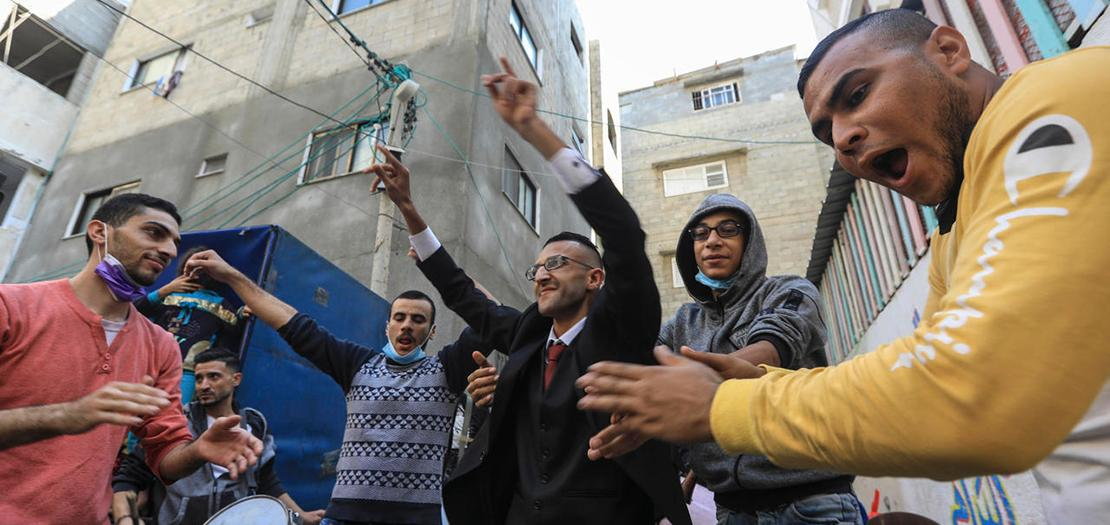محمد عاشور يرقص مع أقارب وأصدقاء له خلال انتظار عروسه في حفل زفافه، 12 تشرين الثاني  2020