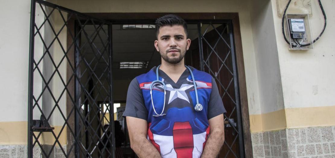 الطبيب الفنزويلي صموئيل سواريز يشارك في جهود الاستجابة الصحية العامة في سان فرانسيسكو، وهي قرية نائية في الإكوادور.