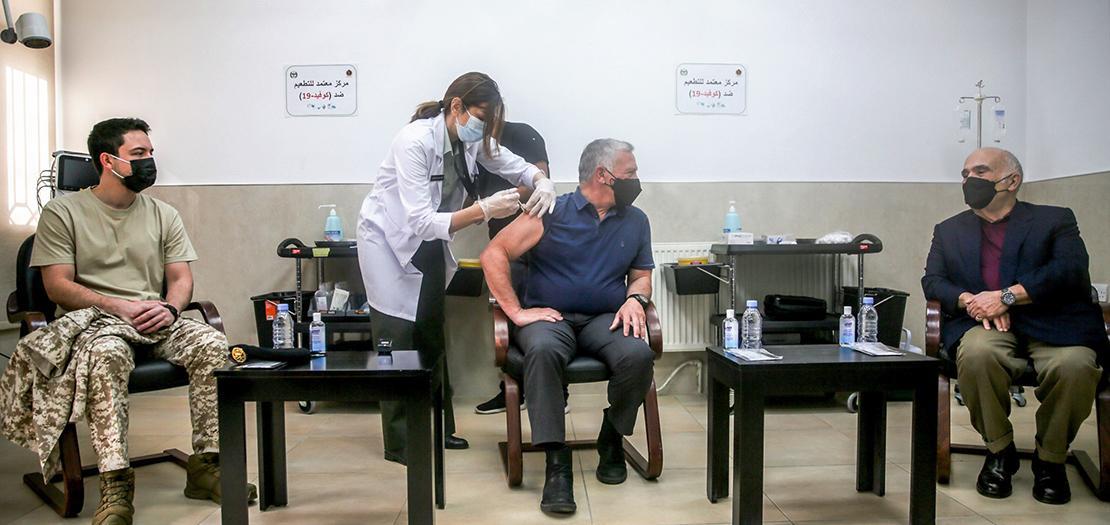 الملك عبدالله الثاني يتلقى لقاح فيروس كورونا في عيادة الخدمات الطبية الملكية