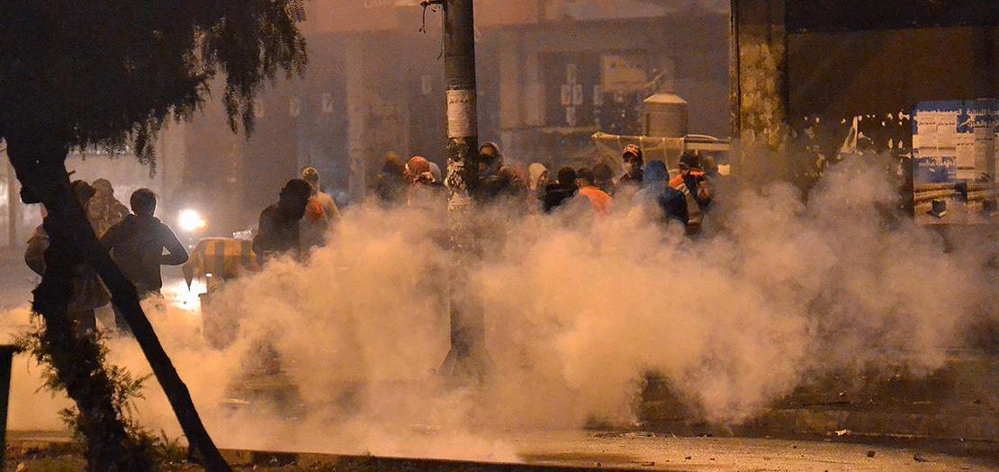مواجهات بين محتجين على تدابير إغلاق البلاد بسبب تفشي فيروس كورونا المستجد وقوى أمنية في طرابلس في شمال لبنان، 25 كانون الثاني 2021