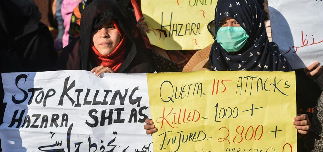 محتجون شيعة قرب كويتو يحملون لافتات ترفض الاعتداءات التي تتعرض لها اقلية الهزارة في باكستان، 6 كانون الثاني 2021
