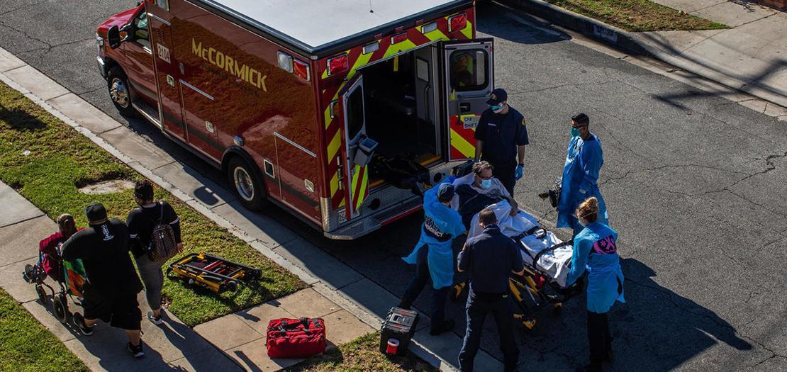نقل مريض يعتقد أنه مصاب بكوفيد-19 إلى سيارة إسعاف في كاليفورنيا، 29 كانون الأول 2020