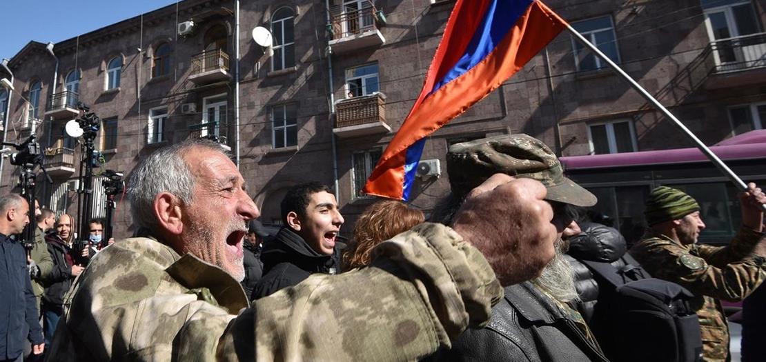 انصار المعارضة يتظاهرون في شوارع يريفان للمطالبة باستقالة رئيس الوزراء نيكول باشينيان، على خلفية تعاطيه مع الحرب مع أذربيجان، الجمعة 26 شباط 2021