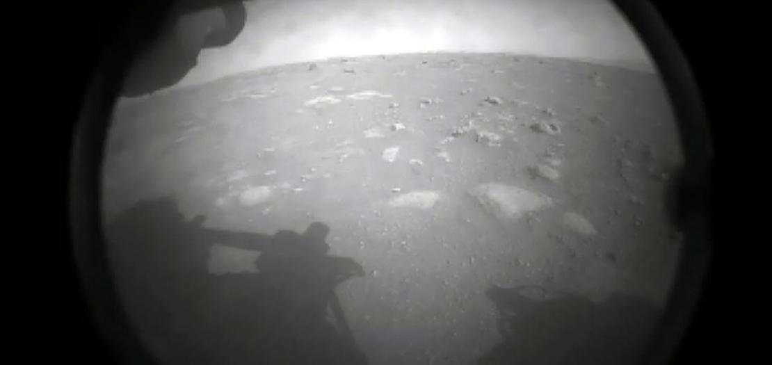 إحدى أول صورتين أرسلها الروبوت الجوال برسفيرنس لدى هبوطه على سطح المريخ، 19 شباط 2021