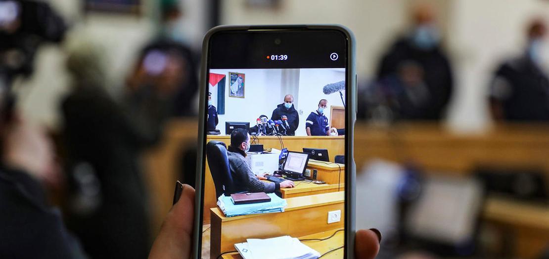 """سيدة تستخدم هاتفها الذكي للتصوير في قاعة محكمة نابلس الابتدائية في مدينة نابلس في الضفة الغربية المحتلة في 21 شباط 2021 إذ قضت المحكمة ببطلان """"وعد بلفور"""""""