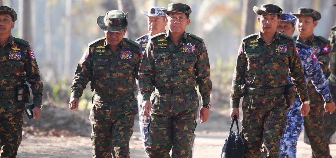 صورة التقطت في 3 شباط 2018 لقائد جيش بورما مين اونغ هلاينغ (وسط) وكبار القادة العسكريين في اليوم الثاني من تدريبات عسكرية في منطقة دلتا إراوادي