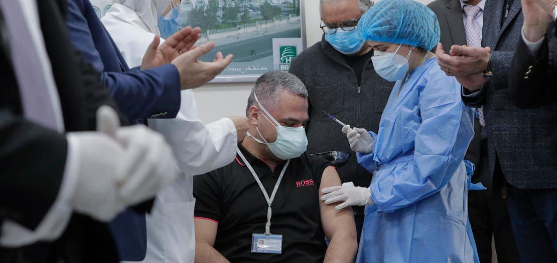رئيس قسم العناية الفائقة في مستشفى رفيق الحريري الحكومي في بيروت يتلقى أول جرعة من لقاح فايزر/بايونتيك مع بدء حملة التطعيم في لبنان، 14 شباط 2021