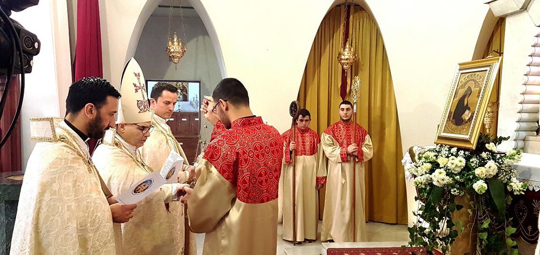 المطران جورج أسادوريان، المعاون البطريركي للأرمن الكاثوليك في بيروت، خلال ترؤسه القداس الإلهي (تصوير: رافي سايغ)