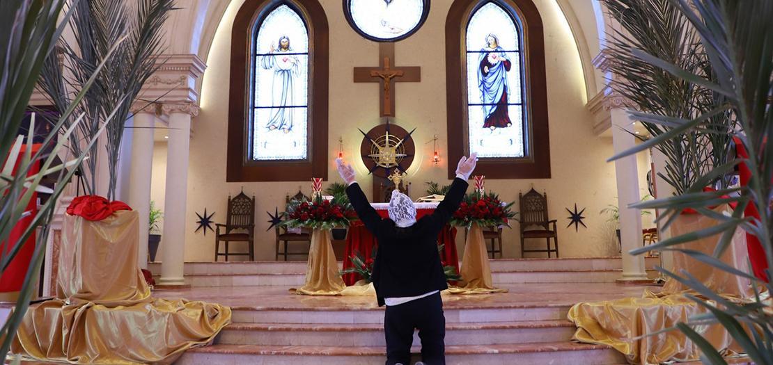 مسيحية تصلي في كنيسة قلب يسوع الأقدس، تلاع العلي، عمّان (تصوير: أسامة طوباسي/أبونا)