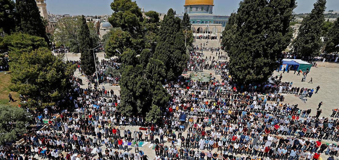 فلسطينيون يشاركون في صلاة الجمعة الأولى من رمضان في المسجد الأقصى في البلدة القديمة بالقدس، في 16 نيسان 2021