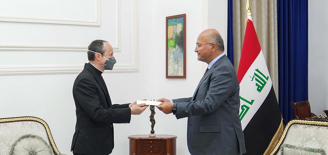 الرئيس برهم صالح يتسلم رسالة البابا من سفير دولة الفاتيكان لدى العراق ميتجا لسكوفار