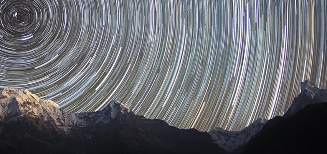 رسم يبين حركة النجوم الممكنة فوق جبال الهملايا خلال دوران الأرض حول محورها