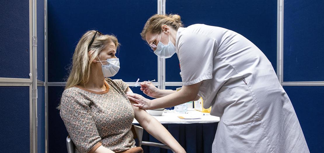 عاملة في المجال الصحي تتلقى جرعة من لقاح جونسون آند جونسون في مستشفى في أمستردام، 24 نيسان 2021
