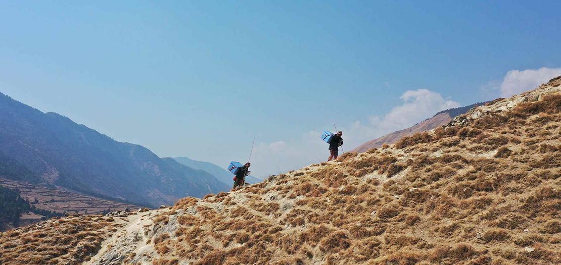"""مساعدون يوصلون لقاحات """"كوفاكس"""" إلى جوملا، نيبال، حيث يجب إيصال آلاف الصناديق إلى أبعد مناطق العالم"""