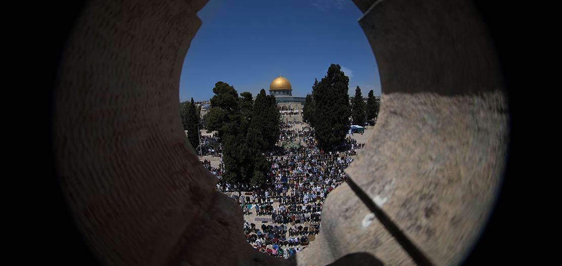 الآلاف يؤدون الصلاة في الجمعة الأولى من شهر رمضان في المسجد الاقصى (تصوير: عفيف عميرة)