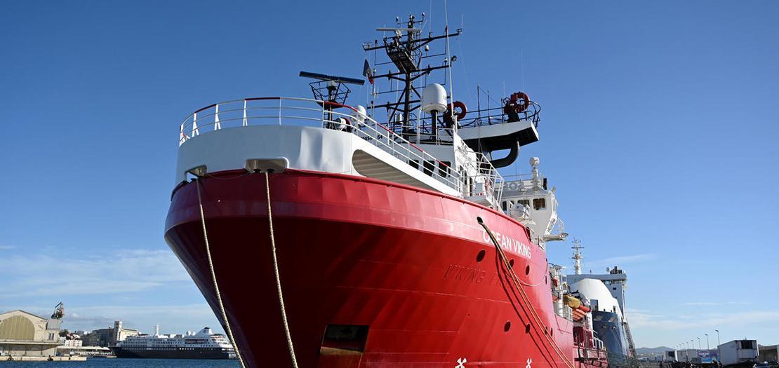 """سفينة أوشن فايكينغ التابعة لمنظمة """"إس أو إس ميديتيرانيه"""" في مرفأ مرسيليا في فرنسا"""
