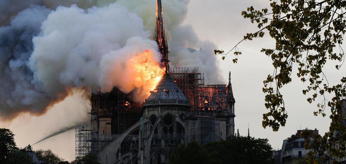 نيران تتصاعد من سقف كاتدرائية نوتردام في باريس، 15 نيسان 2019