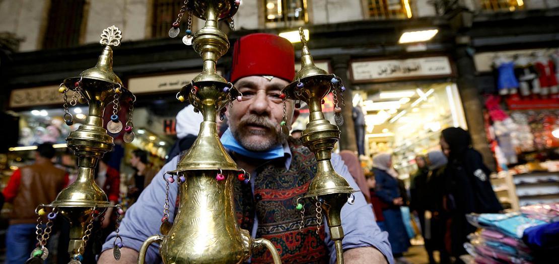 يقول بائع التمر هندي إسحاق كريميد (53 عامًا) إنّه ورث المهنة عن اجداده منذ أكثر من أربعين عامًا