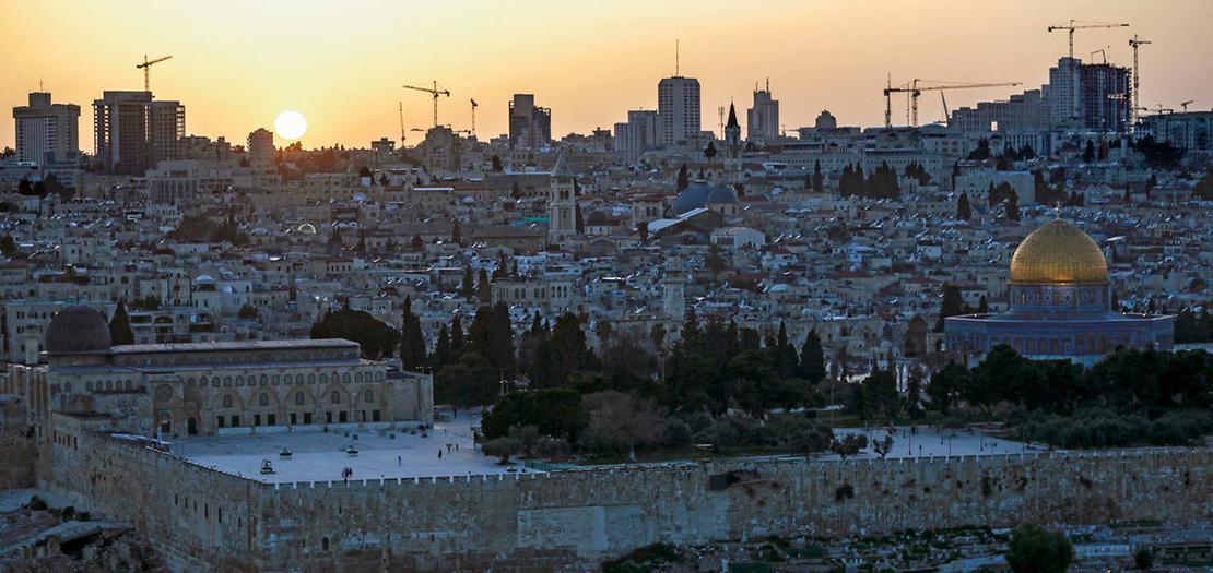 مشهد عام للبلدة القديمة في القدس الشرقية المحتلة ويظهر مسجد قبة الصخرة داخل الحرم الشريف وقت غروب شمس الخامس من نيسان 2021