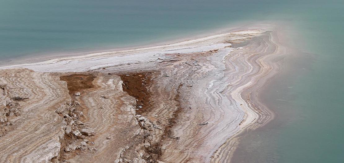 لقطة جوية للبحر الميت في الأردن حيث انخفض مستوى المياه بسبب الجفاف، 20 نيسان 2021