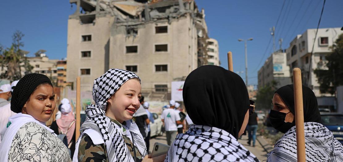 متطوعون فلسطينيون يزيلون الركام من أبنية دمرت في حي الرمال في غزة في 25 أيار 2021