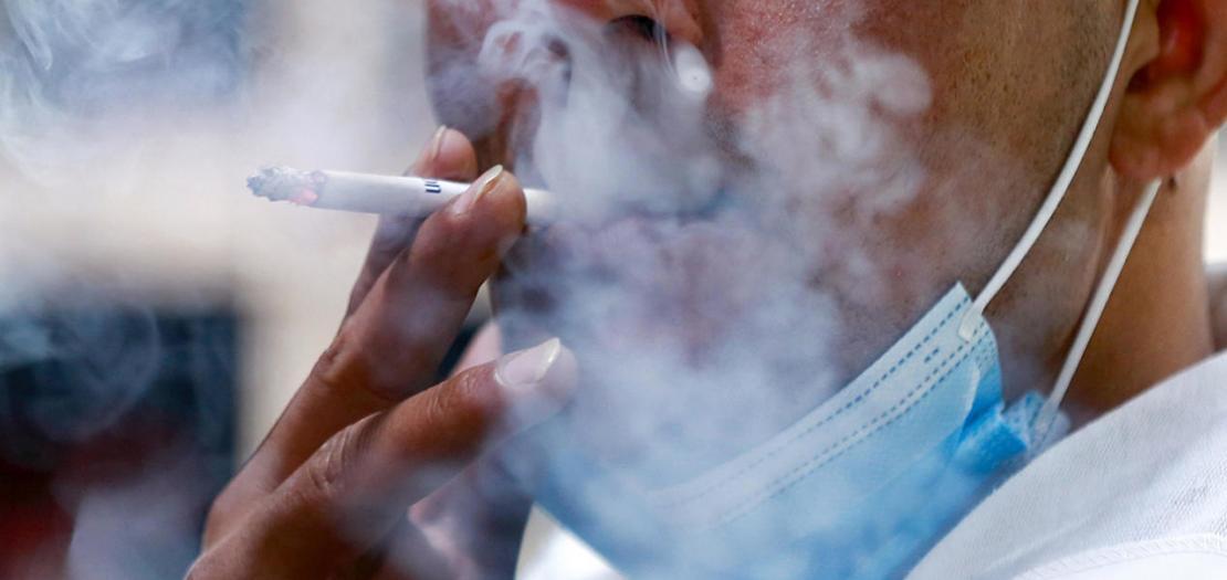 أردني يدخن في عمان في صورة ملتقطة في 17 آذار 2021