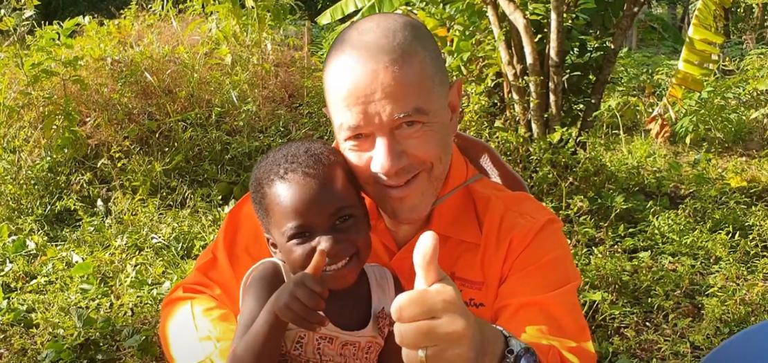 الأب جيجي جينامي في كينيا