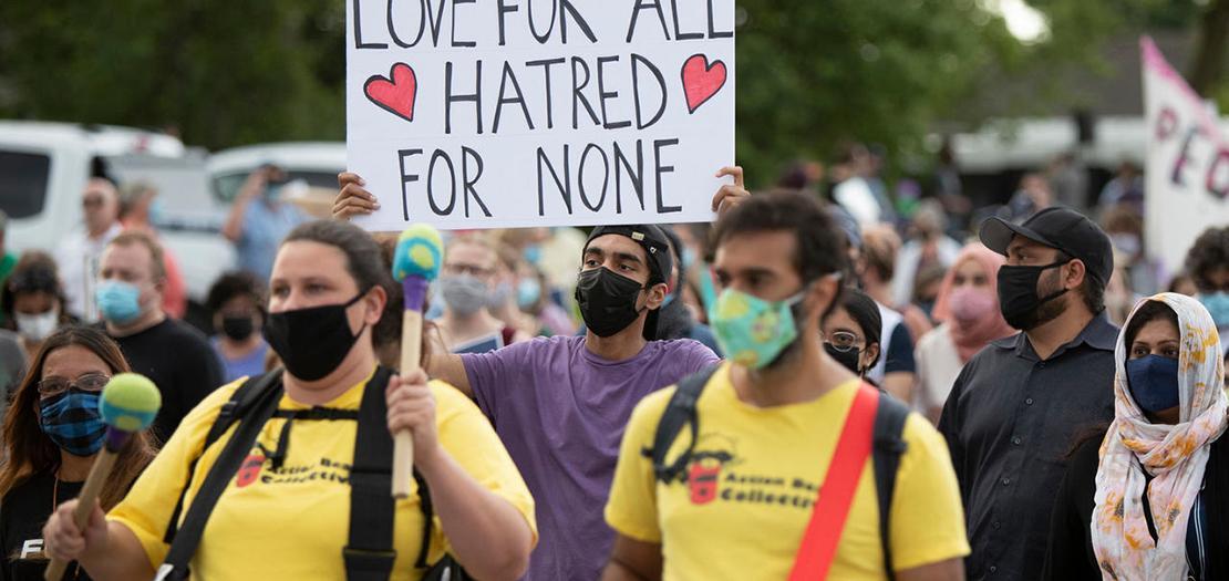 مسيرة لأشخاص من مختلف الديانات تكريما للعائلة المسلمة التي قتلت دهسا في كندا، في مدينة لندن بمقاطعة أونتاريو، في 11 حزيران 2021