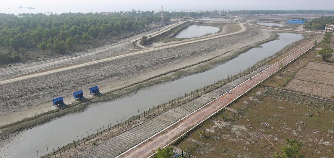 في هذه الصورة التي التقطت في 31 كانون الثاني 2021 ، يظهر جسر بالقرب من مجمع سكني إلى حيث يتم نقل لاجئي الروهينغا على جزيرة بهاشان تشار في بنغلادش