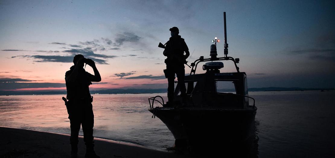 حارسا حدود يونانيان يقومون بدورية في منطقة دلتا نهر إيفروس على طول الحدود اليونانية التركية، 8 حزيران 2021