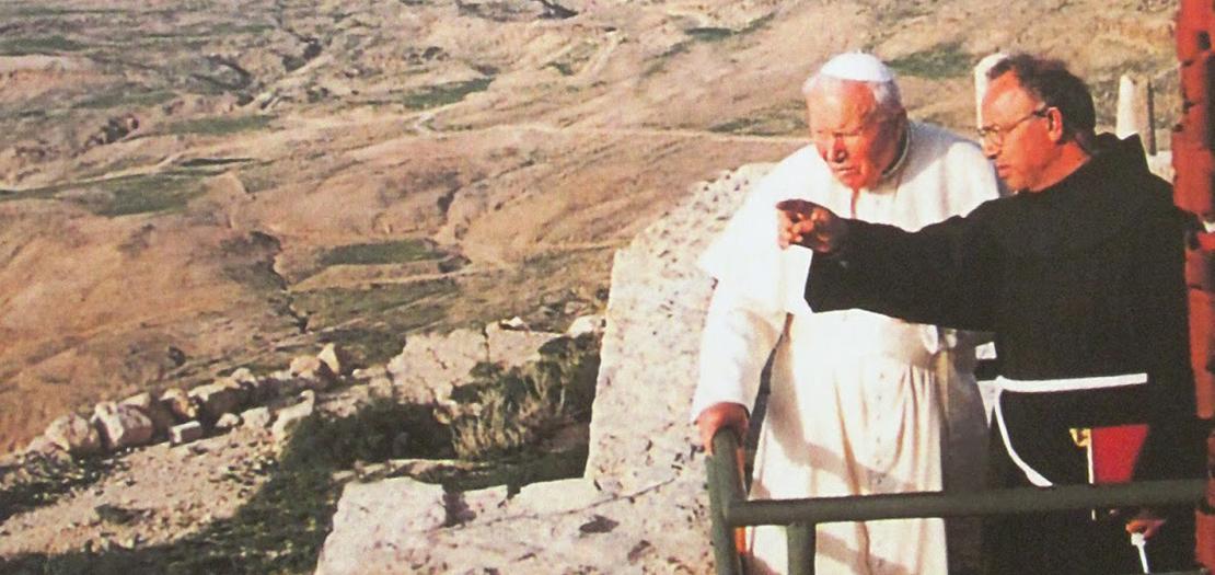 الأب الراحل بيتشرلو يقدّم شروحات للبابا يوحنا بولس الثاني على جبل نيبو في مادبا، 20 آذار 2000