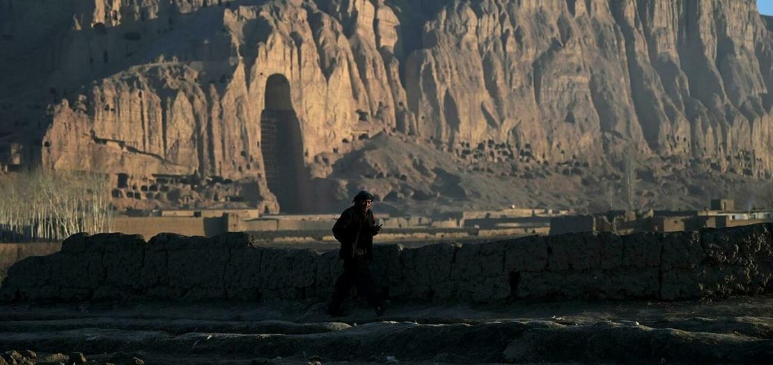 رجل أمام موقع باميان في افغانستان حيث تم تدمير تمثالين كبيرين لبوذا بالديناميت على أيدي طالبان في آذار 2001