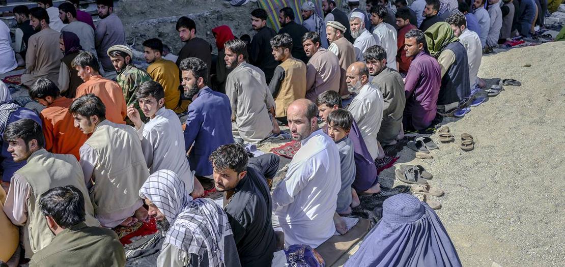 مصلون يؤدون صلاة الجمعة في أحد شوارع كابول في 17 أيلول 2021