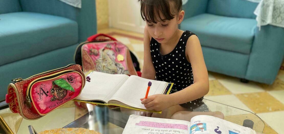 الطفلة الكوبية ليا فرنانديز (7 سنوات) تراجع دروسها قبيل بدء العام الدراسي الجديد في هافانا في 5 أيلول 2021