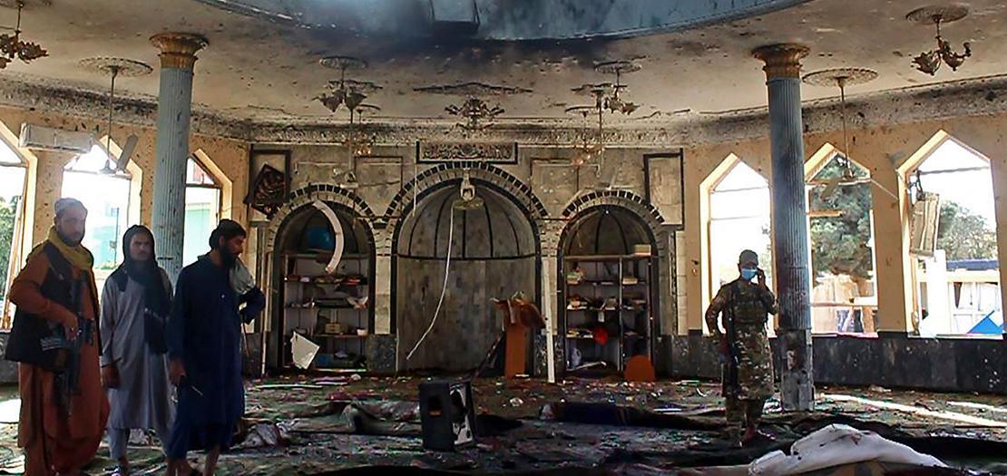 عناصر من طالبان يحققون في تفجير مسجد بعد هجوم انتحاري عليه في قندوز، 8 تشرين الأول 2021